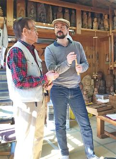 日本特有の道具について熱心に山田氏㊧に質問するシニョレ氏㊨