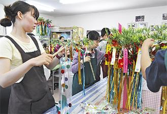 「山晃央園」で飾り制作に取り組む施設利用者