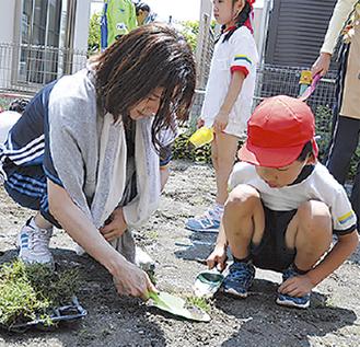植樹する園児とJFAスタッフ