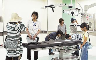 手術室の説明を受ける参加者