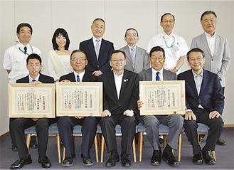 受賞した3団体と落合市長(前列中央)