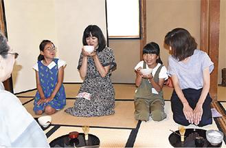 たてた茶を飲む参加者
