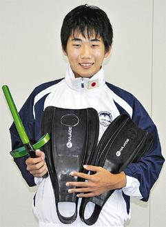 右手にシュノーケル、左手にフィンを持つ神藤選手
