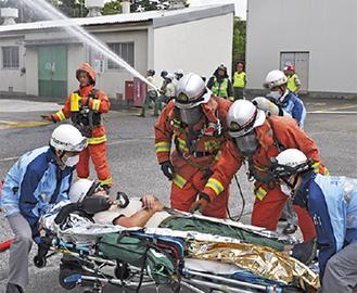 負傷者を運ぶ救急隊員