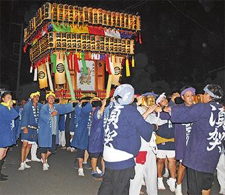 提灯を輝かせ約1tの神輿がまちを練り歩いた