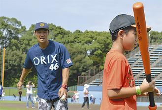 打撃を教える古木さん(左)