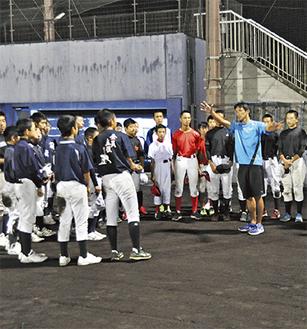 里倉さん(写真右)の指導に耳を傾ける生徒たち