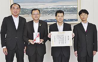 感謝状を持つ板倉会長(右から2番目)