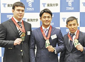 メダルを見せる(右から)高藤、橋本、アロン選手