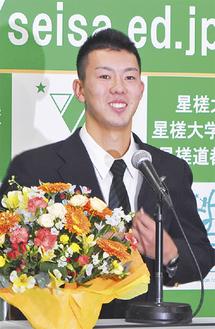 会見で笑顔の本田投手