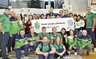 市職員らと記念撮影するリトアニアの選手団