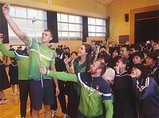 生徒と記念撮影する選手たち(2日)