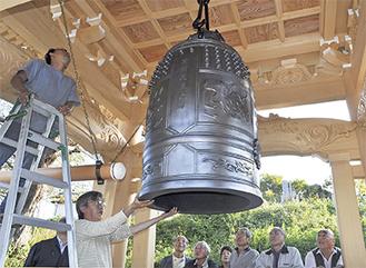 檀家らが見守る中、梵鐘が設置された