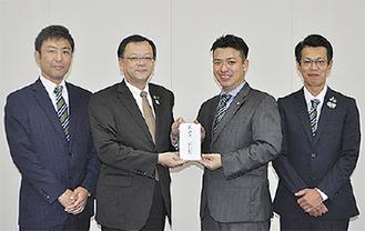 落合市長(左から2番目)に目録を渡す青年部メンバー
