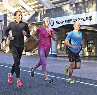 颯爽と総合公園内を駆ける選手たち(6日撮影)