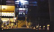 詣客の足元照らす竹灯籠