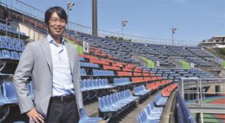湘南ベルマーレのJ1昇格の舞台となったShonan BMWスタジアムで笑顔をみせる北野社長