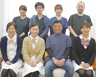 患者やその家族の目線に立って、きめ細やかな応対を心掛けている吉田院長(前列中央右)とスタッフ