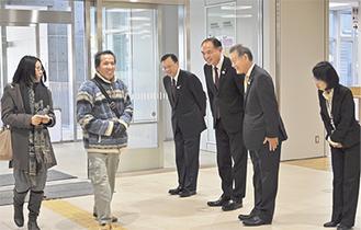 来庁者を出迎える落合市長(左から3番目)ら