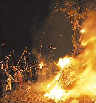 竹を伸ばして団子を焼く町民ら(昨年)