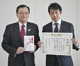 感謝状を持つ栗原店長(右)