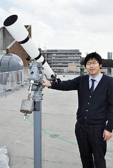 劣化が進み買い替えられる天体望遠鏡(右は藤井さん)