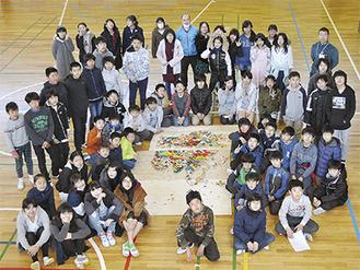 完成したユーラシア大陸の地図を囲む6年生