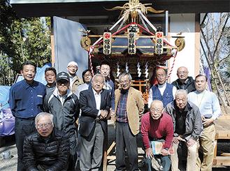 愛宕神社で神輿を囲む土井氏(中央、茶色のジャケット)と愛神会メンバーら