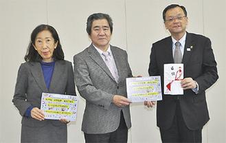 落合市長に目録を手渡した久保田会長(中央)