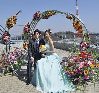 完成日には平塚産のバラやガーベラが飾り付けられた
