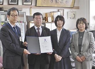 贈呈式の様子(左から金森校長、森社長、八田さん、遠山支店長)