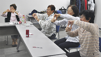 指先の体操に取り組む参加者