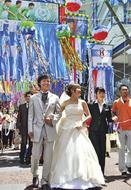 七夕飾りの下で結婚式