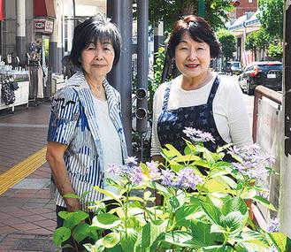 同会の森川一江さん(左)と田中洋子さん(6月4日撮影)
