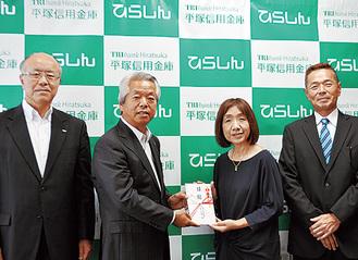 目録を受け取る内田さん(右から2人目)