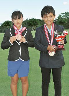 メダルを披露する照菜さん(左)と龍竺君