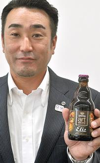 ビールを見せる宝蔵寺部会長