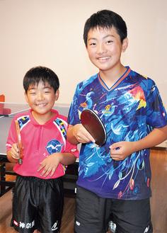 自宅にある卓球台で練習する涌井兄弟