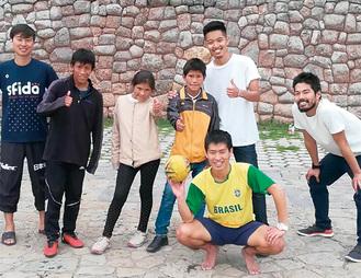 ペルーでサッカー交流する徳満さん(右から2番目)