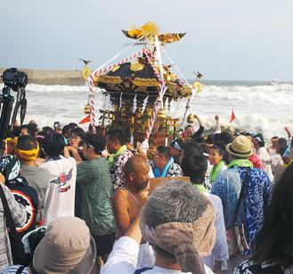 22日、平塚海岸から海へと降りる大神輿