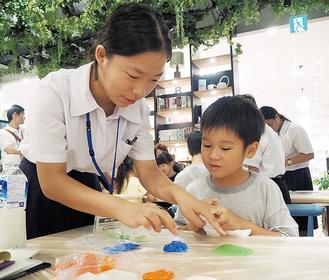 児童を指導する科学部員