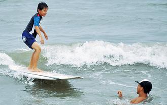 笑顔で波に乗る参加者