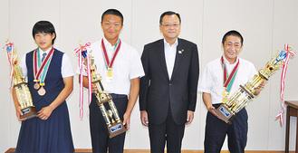 (右から)五十嵐さん、落合市長、平野さん、高橋さん