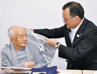 市内最高齢108歳祝う