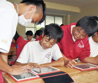 タブレットを使い観察日記をつける生徒たち