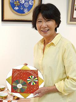陶磁器をもつ松田さん