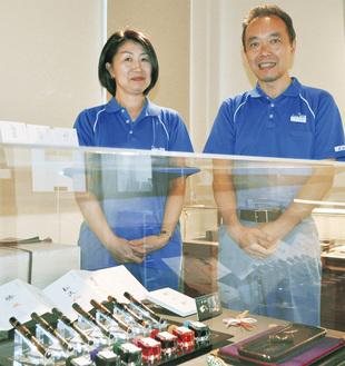 展示されている『七福神』のセットと千田さん(右)と関さん
