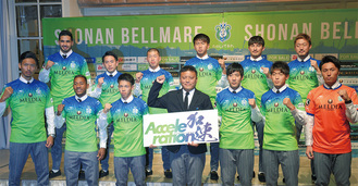 新体制会見に出席した12人の新加入選手と曺監督(前列中央)