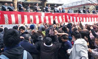 1千人以上が駆けつけた前鳥神社のようす