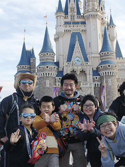 笑顔でポーズを決める箱根恵明学園の職員と子どもたち